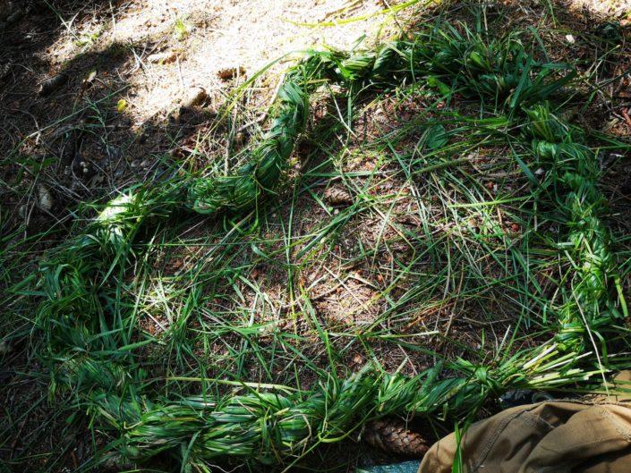 Podsedák pri oheň, naviazaný z trávy.