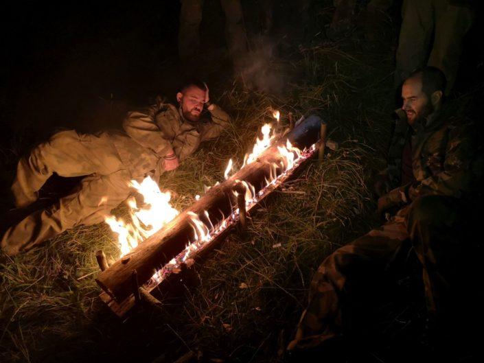 Fínsky oheň Jeho výhodou je že pomerne dlho vydrží, netreba prikladať a je to ideálny systém keď chcete nocovať pri ohni. Zohreje Vás od hlavy až po päty.